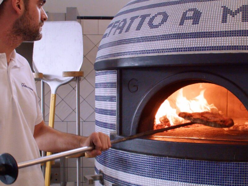 Pizzaiolo Maurizio Eusebi at work